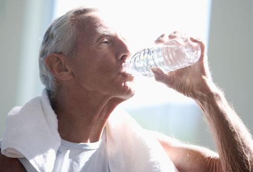 Beber mucha agua, ¿realmente sirve para hidratar la piel?
